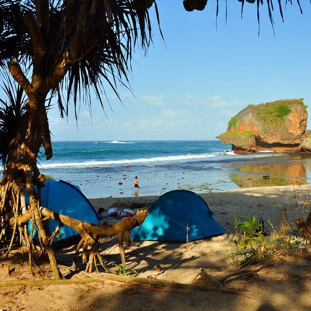 Di Pantai Siung, teman - teman traveler bisa juga berkemah.