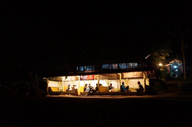 Kalau kelaparan bisa makan di Warung Daweung yang ada di Bukit Moko.