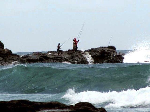 Memancing di Pantai Wediombo.