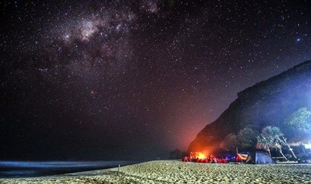 Menggelar tenda di Pantai Pok Tunggal juga boleh kok :)