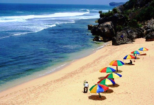 Payung yang berwarna - warni ini salah satu ciri khas dari Pantai Pok Tunggal.