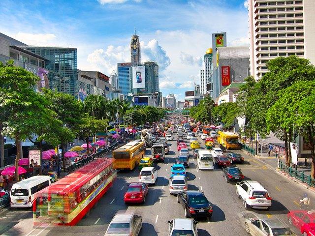 The Sukhumvit Road adalah distrik favorit para ekspat yang tinggal di Bangkok.