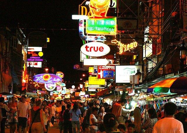 Khao San Road tempat yang paling terkenal di Bangkok di kalangan Backpacker.
