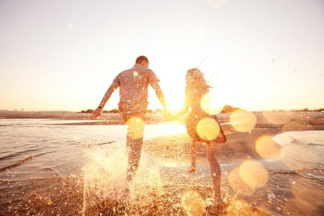 Bermain-main di pantai bersama