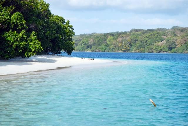 Biru laut Pulau Peucang begitu menggoda.