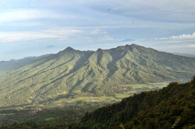 Pemandangan dari Puncak Gunung Pulosari (source photo)