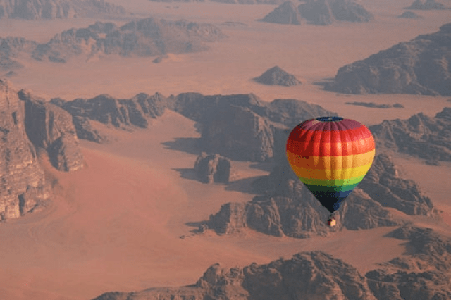 Baloon Jordan Hot Air which presents phenomenal Desert landscapes (source )