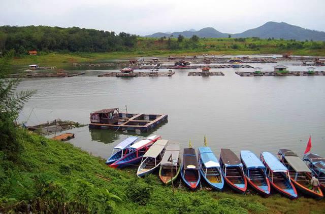 Di Kabupaten Cianjur Ada Waduk Jangari, Disini Kalian Bisa Kuliner Dan Menikmati Suasana Tenangnya.