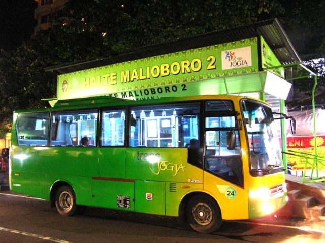 Bus Trans Jogja, salah satu alternatif cara keliling kota Yogyakarta.