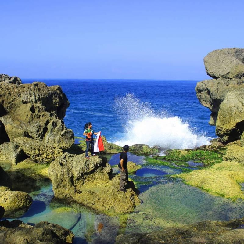 Karena berbatasan langsung dengan laut bebas, sebaiknya berhati-hati ketika main di pantai ini