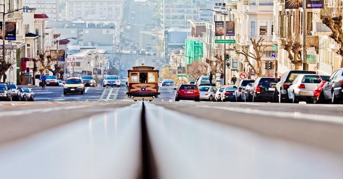 Naik cable car hukumnya wajib ketika berkunjung ke San Fransisco.