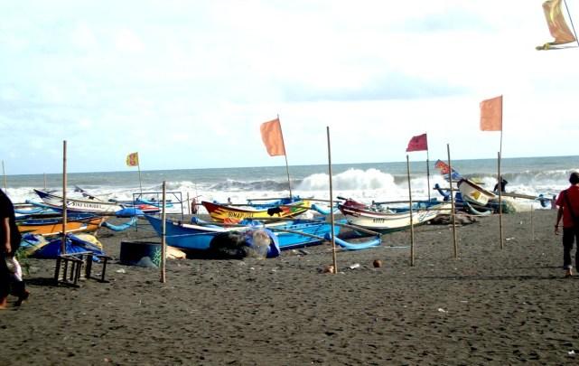 Perahu di pesisir Pantai Depok yogyakarta.