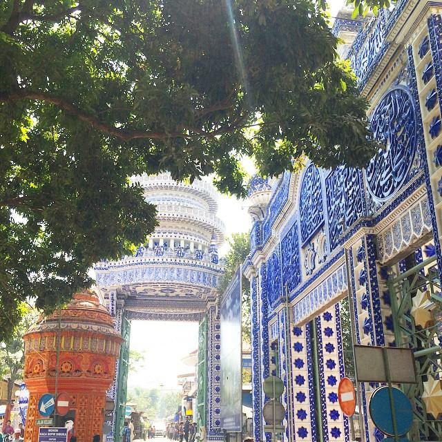 Masjid Tiban yang bercorak dominan warna biru (sumber)