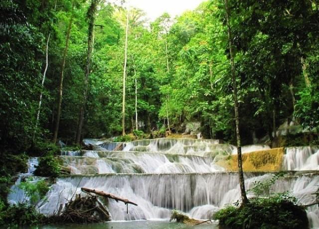 Air Terjun Moramo di Kawasan Suaka Alam Tanjung Peropa, Sulawesi Tenggara (sumber)