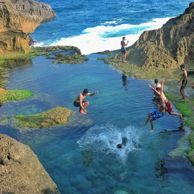 Banyak yang menikmati keindahan kolam alami Pantai Kedung Tumpang ini dengan berenang!