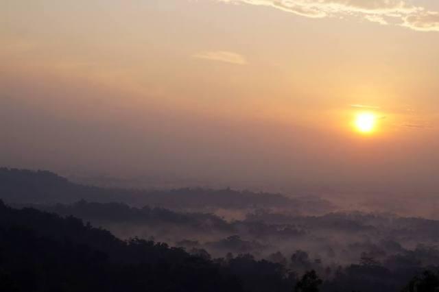 Borobudur yang telihat cantik ketika matahari terbit.