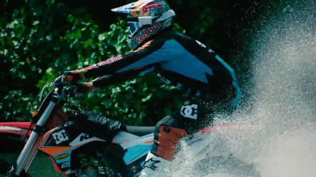 Robbie Maddisons menggeber sepeda motornya dari tengah hutan!