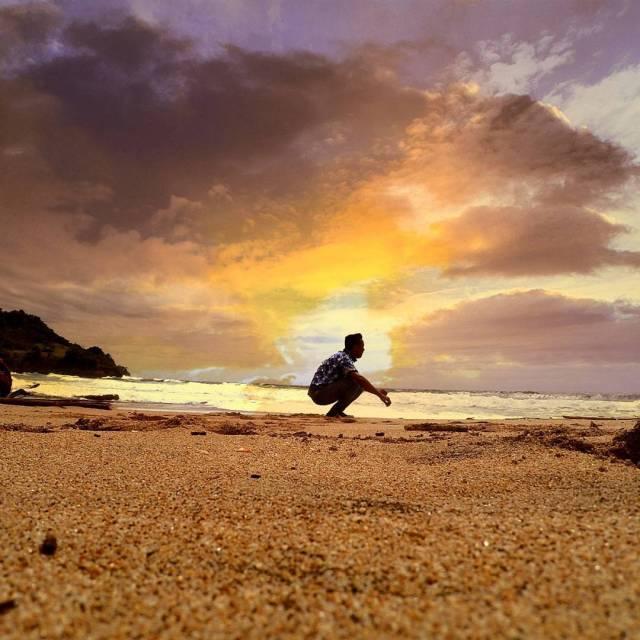 Kalau beruntun, kalian bahkan bisa mendapatkan sunset yang cantik dari pantai di Tulungagun ini by IG @fianmahendra_