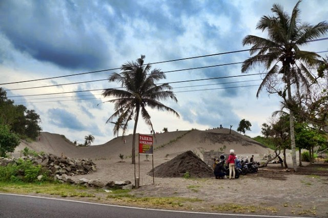 Percaya atau enggak, Gumuk Pasir Yogyakarta ini terletak tepat di tepi jalan raya menuju Pantai Parangtritis.