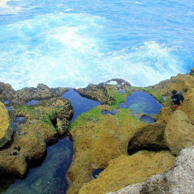 Pesona Pantai dengan kolam alami di Tulungagun yang menjadi populer karena instagram