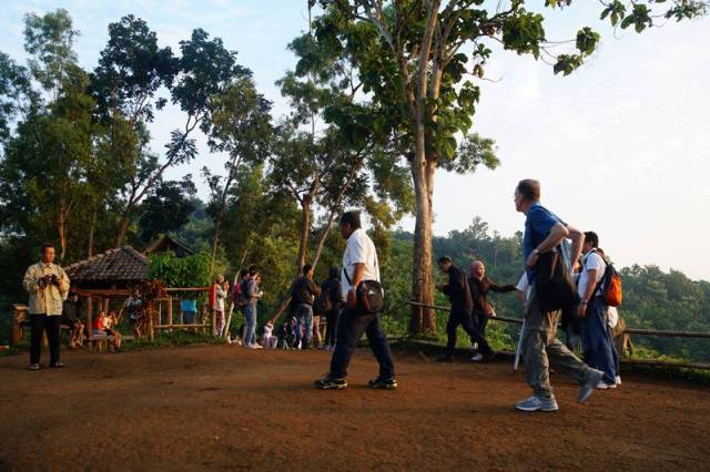 Punthuk Setumbu selalu dipenuhi wisatawan.