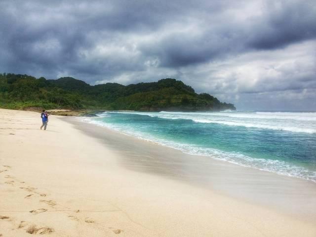 Tak akan ada yang bisa menolak keindahan salah satu pantai terbaik di Tulungagung ini by IG @ady_elcotrex