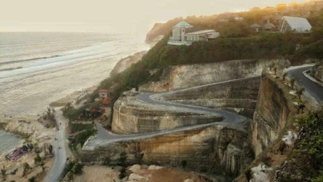 Untuk menuju pantai Melasti, harus melewati jalan seperti ini.