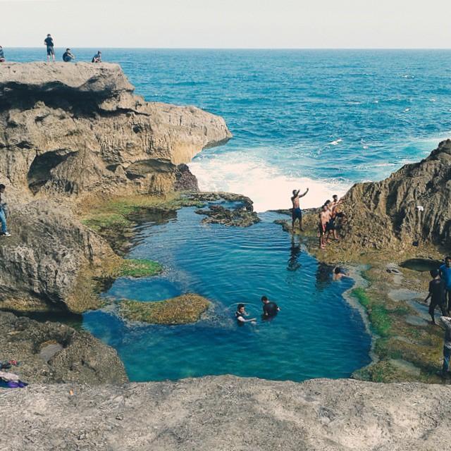 Wisata Kedungtumpang sebenarnya bukan pantai, tapi berupa gugusan tebing karang indah dengan kolam alami.