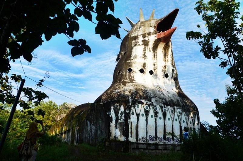 Bangunan gereja yang bentuknya seperti ayam yang sedang mengerami telurnya ini berdiri di tengah hutan