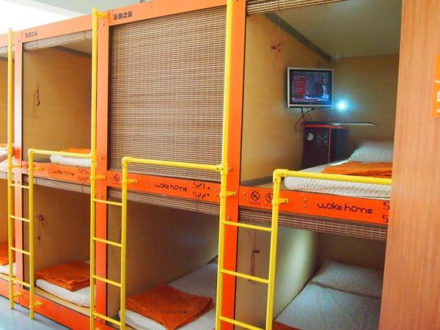 Bagian kamar Woke Home Capsule Hostel