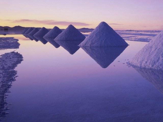 Salar de Uyuni juga merupakan pertambangan garam aktif