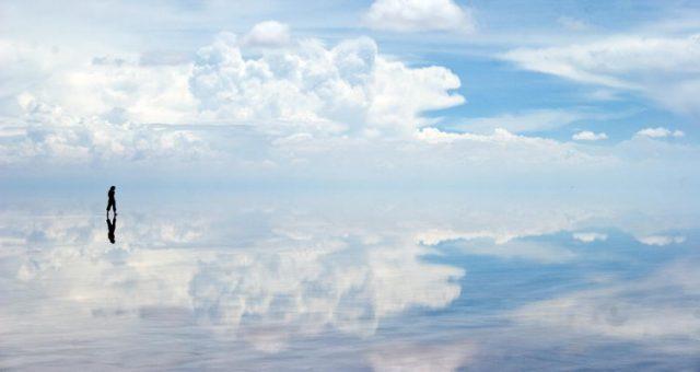 Salar de Uyuni terkenal dengan pemandangan refleksinya yang menawan