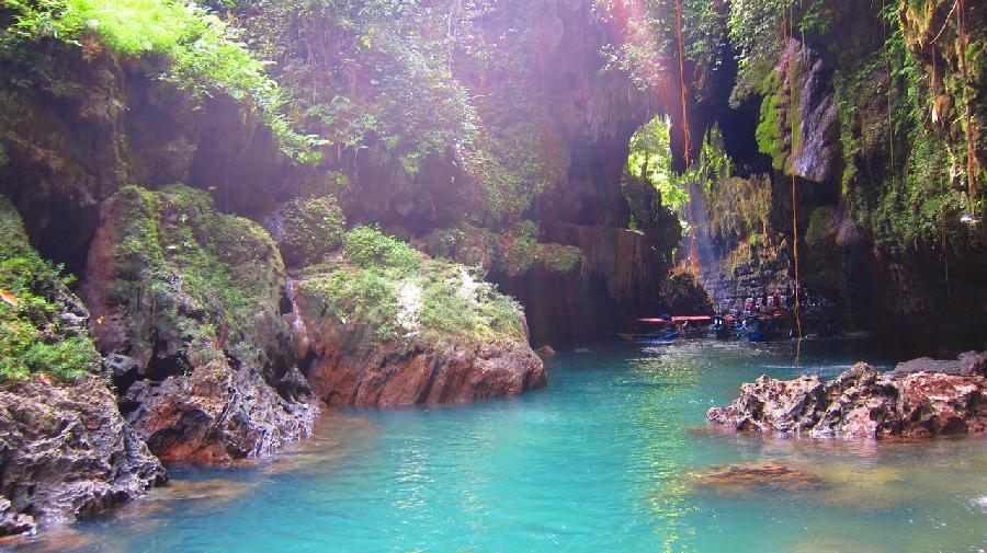 Warna air sungai yang begitu jernih dan hijau yang menjadi daya tarik Green Canyon