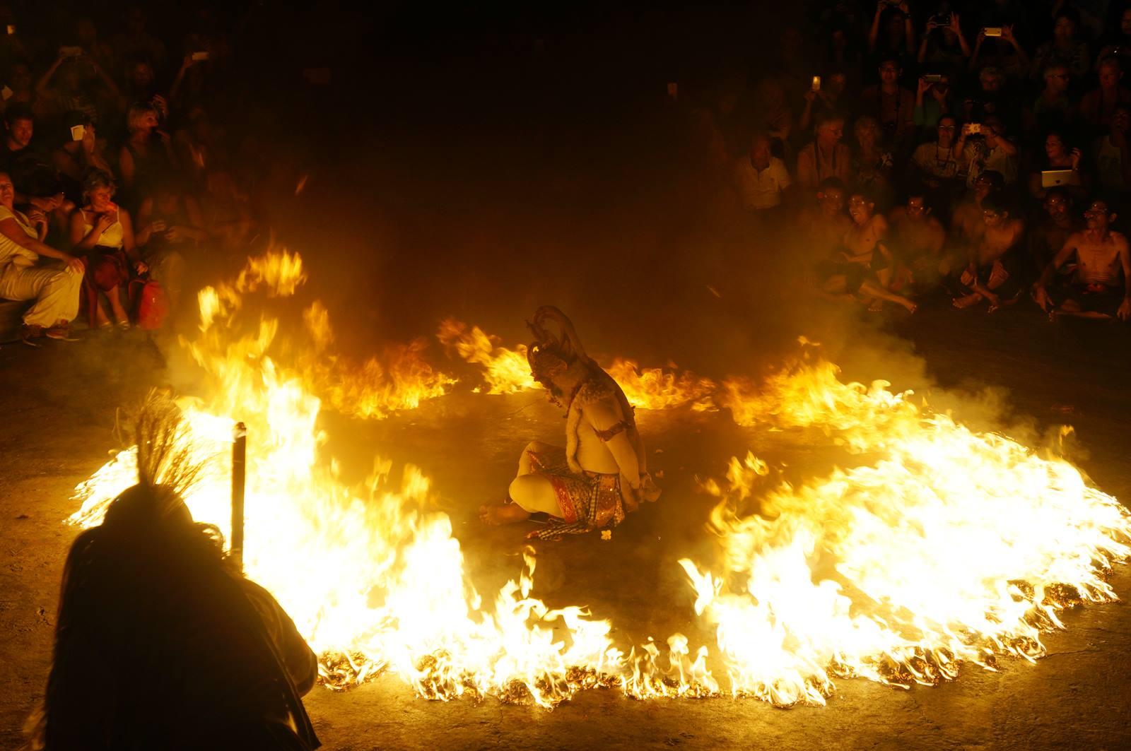 Hanoman yang dibakar, salah satu adegan paling keren di Tari Kecak