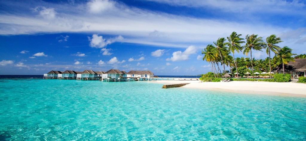 Laut jernih berwarna biru bisa kalian temui ketika liburan ke Maldives
