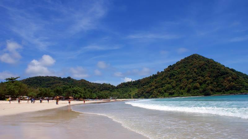 Pantai Selong Belanak adalah salah satu pantai di Lombok paling keren dan populer!