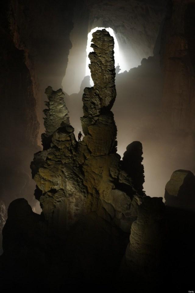 Han of Dog atau stalagmite raksasa yang berbentuk cakar anjing(Photo by Carsten Peter/National Geographic/Getty Images)