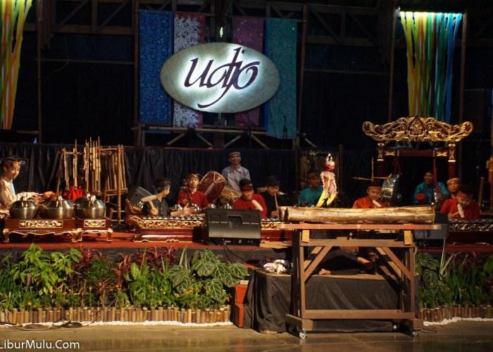 Pertunjukan di Saung Angklung Mang Udjo Dibuka dengan pertunjukan wayang golek