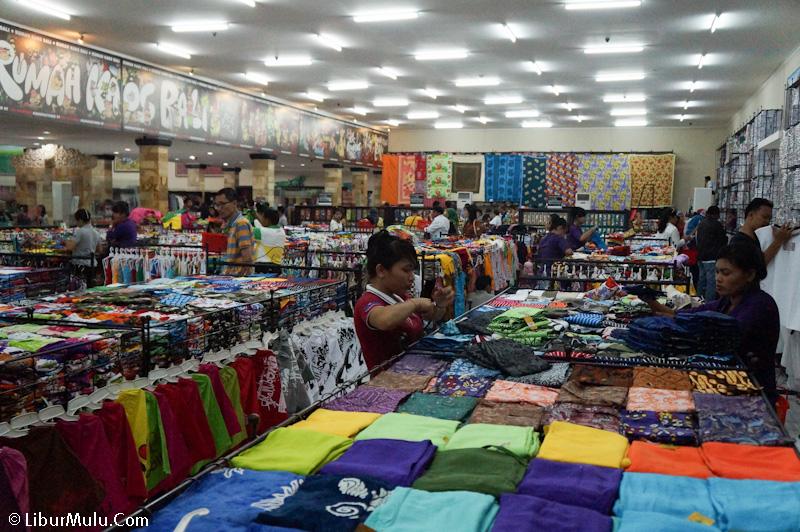 Ada satu area yang semuanya berisi pakaian di Krisna Bali