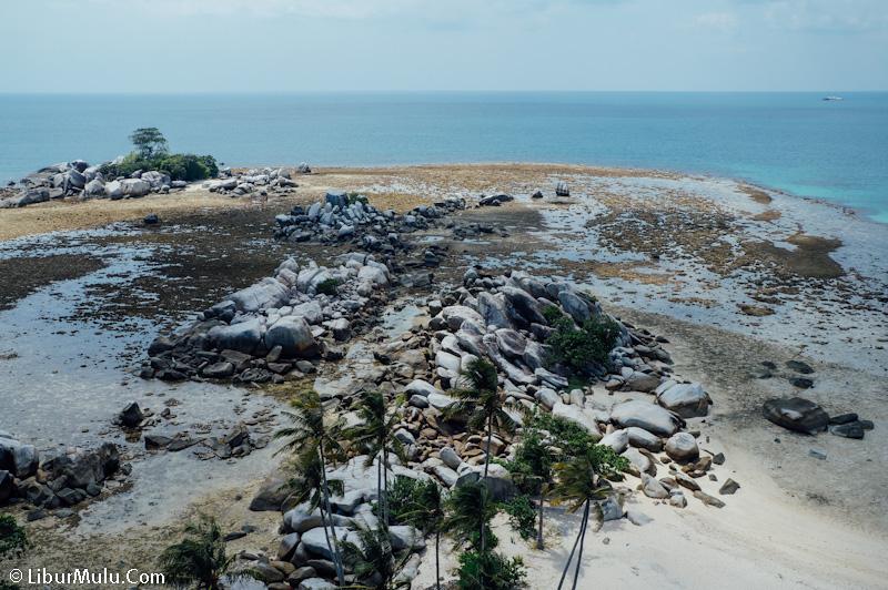 Bebatuan raksasa yang ada di sekitar pulau