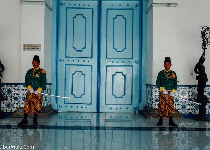 Para penjaga keraton solo dengan pakaian khas berwarna hijau, bersenjatakan pedang