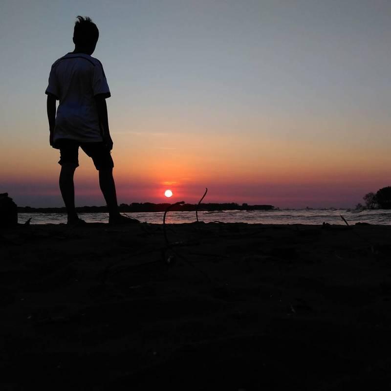 Percaya enggak kalau bekasi punya pantai dengan sunset sekeren ini