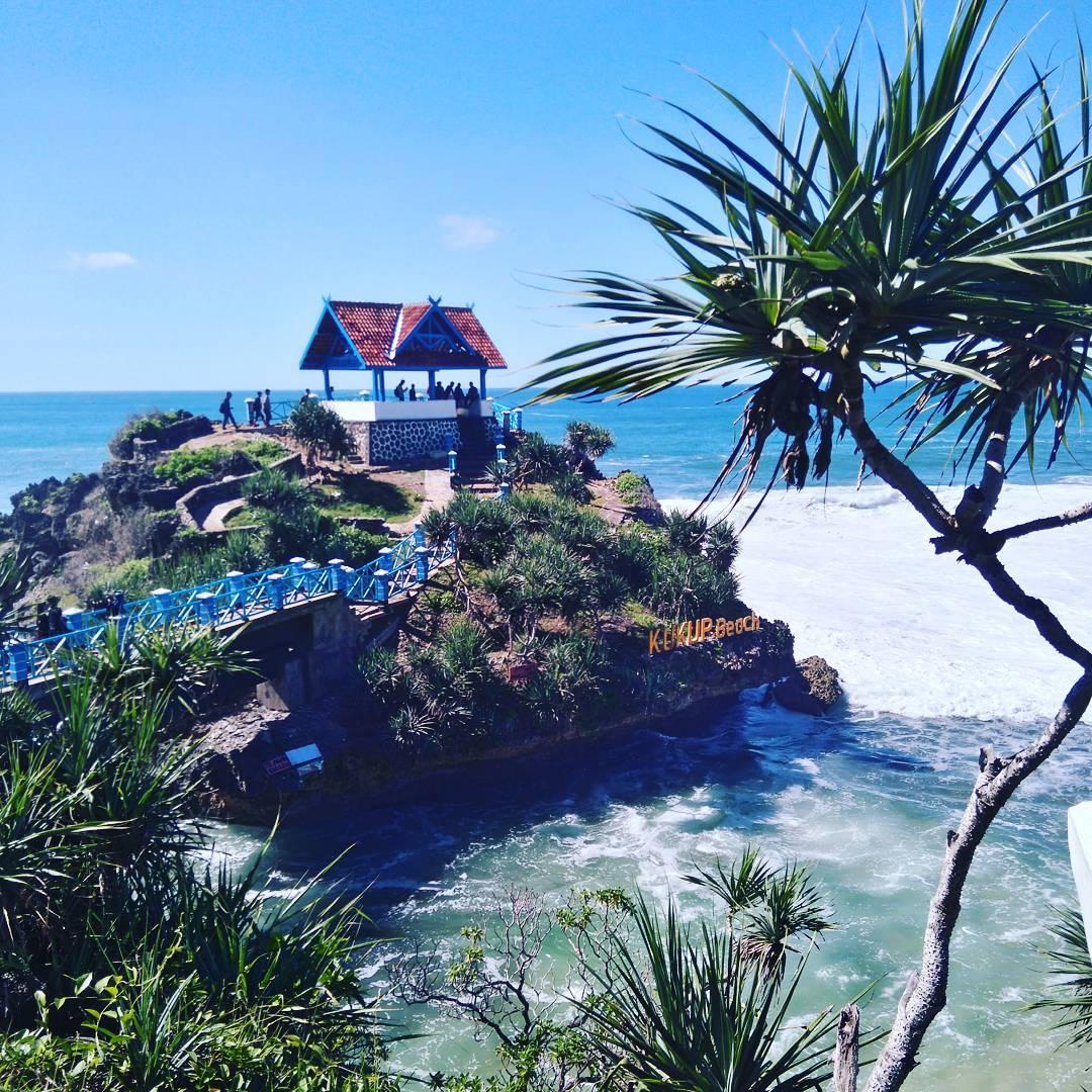 Pulau Karang di Pantai Kukup