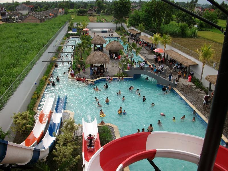 Seluncur yang seru di Balong Waterpark Jogja!