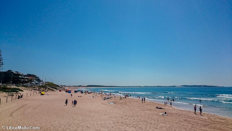 Para penyuka pantai, bisa dong main ke Cronulla Beach