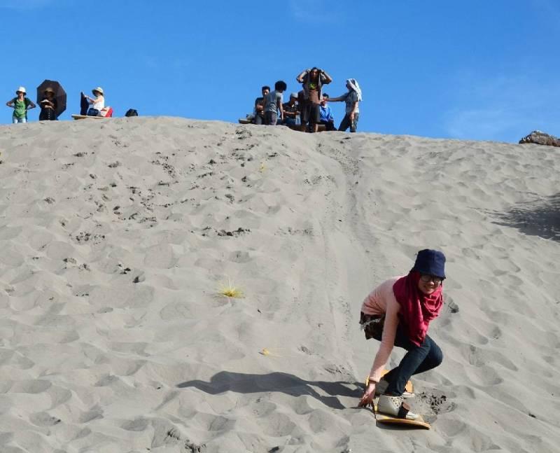 Kalian bisa cobain Sandboarding di Gumuk Pasir Parangkusumo Yogyakarta