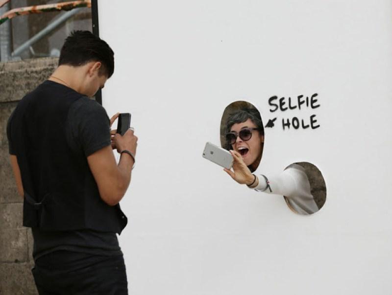 10.  disini juga dimanjakan dengan ruang selfie buat pecinta foto selfie meski dengan backgroundnya yang polos