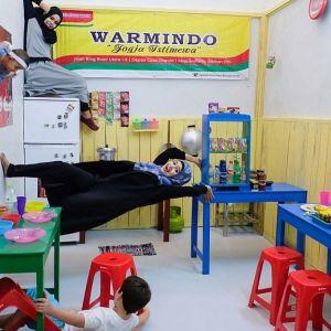 Keberadaan ruang terbalik Warmindo, yang membuat Upside Down World di Yogyakarta berbeda dengan yang ada di Bali