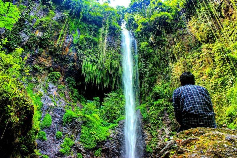 Kalian bisa menikmati keindahan Air Terjun Telaga Warna di Malang ini sendirian atau bareng temen by @satriaarw