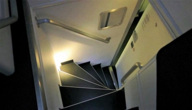 Semacam ada pintu rahasia menuju ruang tersembunyi di pesawat terbang © Chris McGinnis / TravelSkills.com